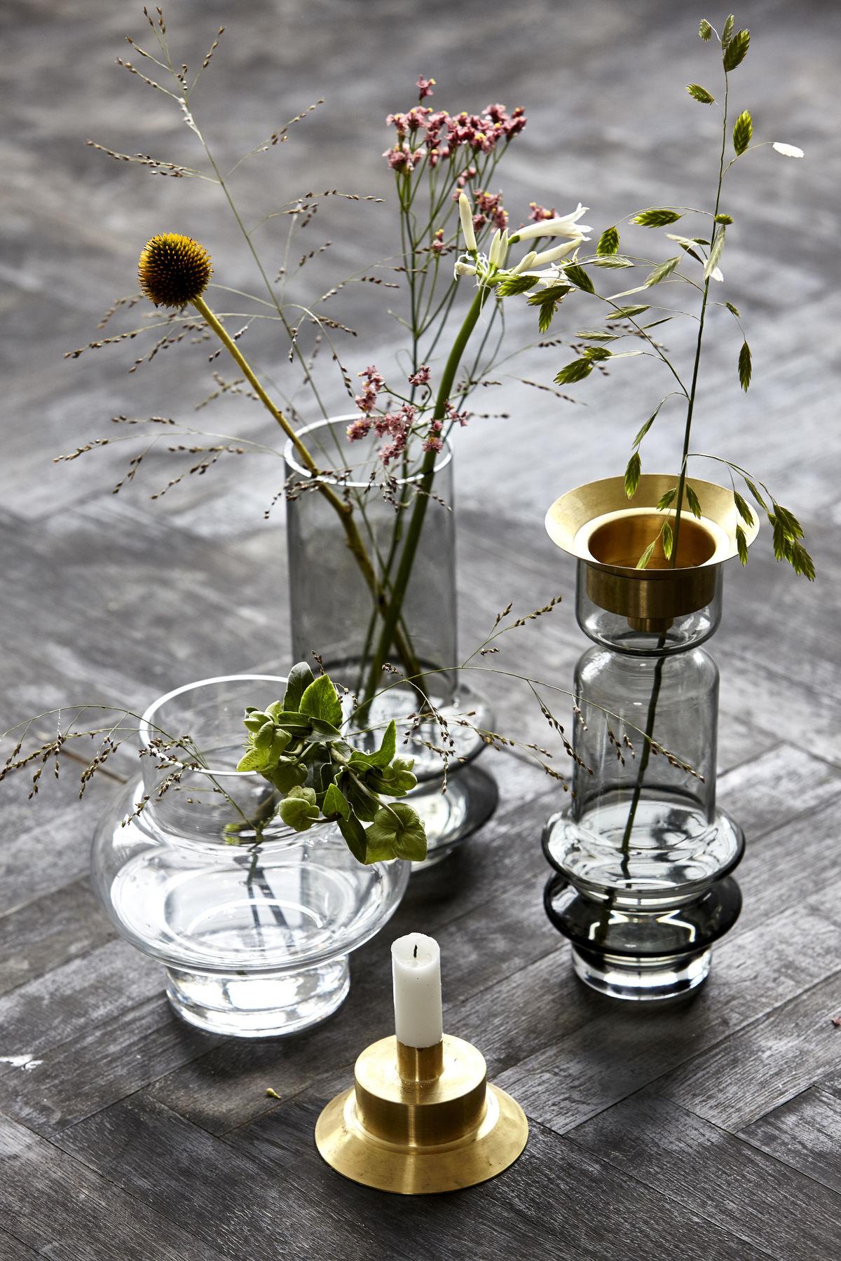 Vasen von House Doctor arragierte auf einem Tisch.